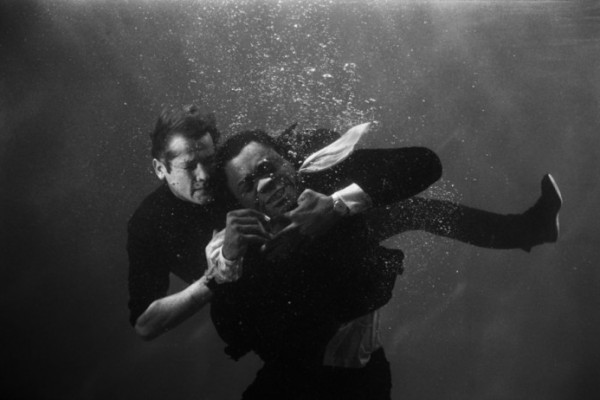 Roger-Moore-in-an-underwater-fight-scene-with-Yaphet-Koto-Live-and-Let-Die-1973-C-Terry-ONeill-e1347370866802-600x400.jpg